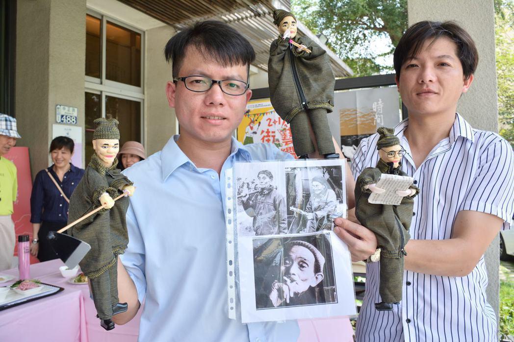 其雄布袋戲團主朱其島(右)與朱南雄兄弟,創作楊逵經典公仔。 記者吳淑玲/攝影