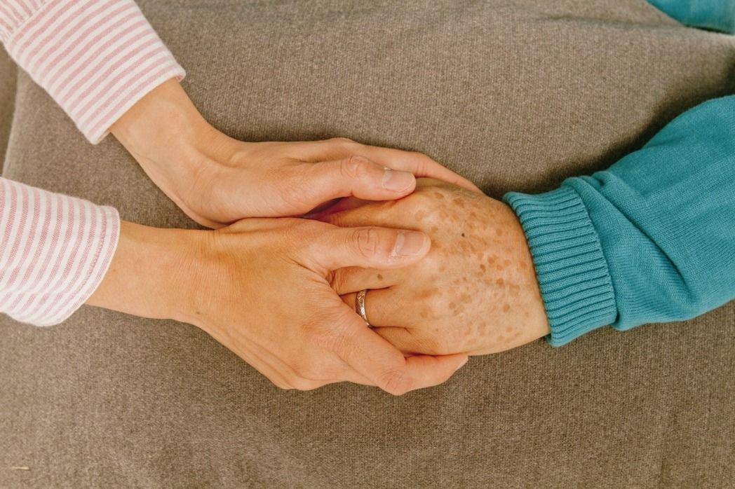 照護失智症患者需要「幫手」,建議家人可輪替接手照顧或申請居家喘息服務,減輕照護壓...