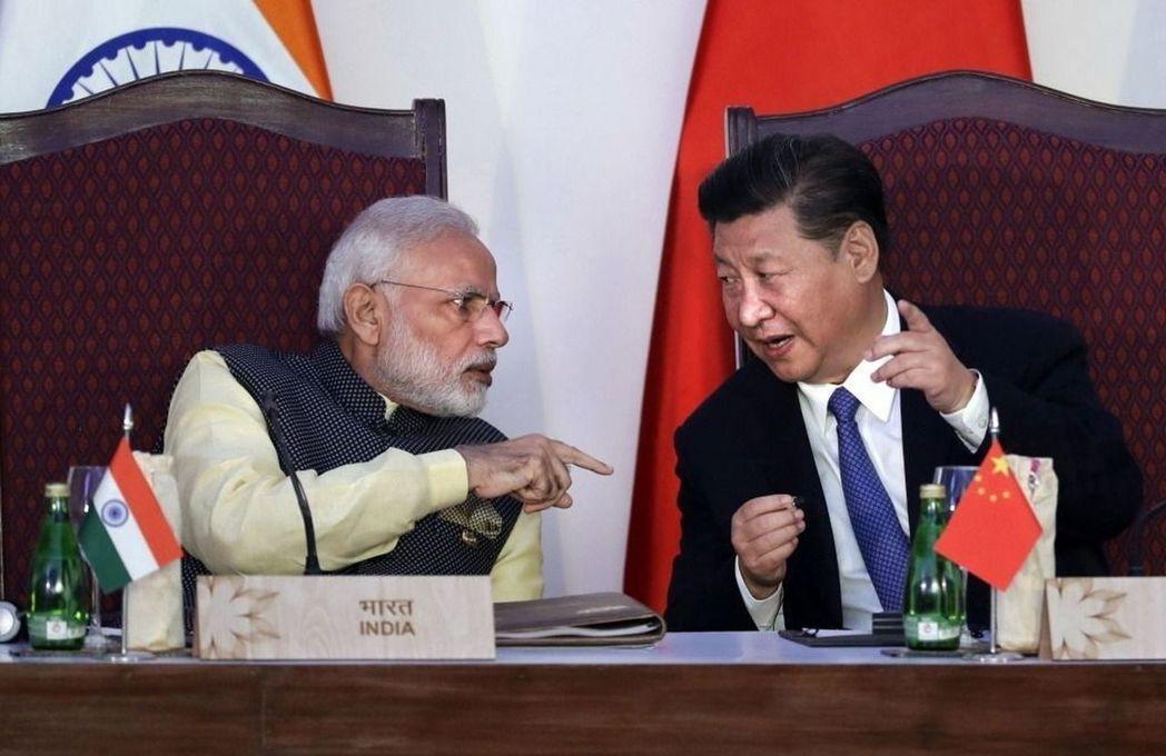印度總理莫迪(左)與中國大陸國家主席習近平(右)在金磚四國峰會期間會晤。 (美聯...