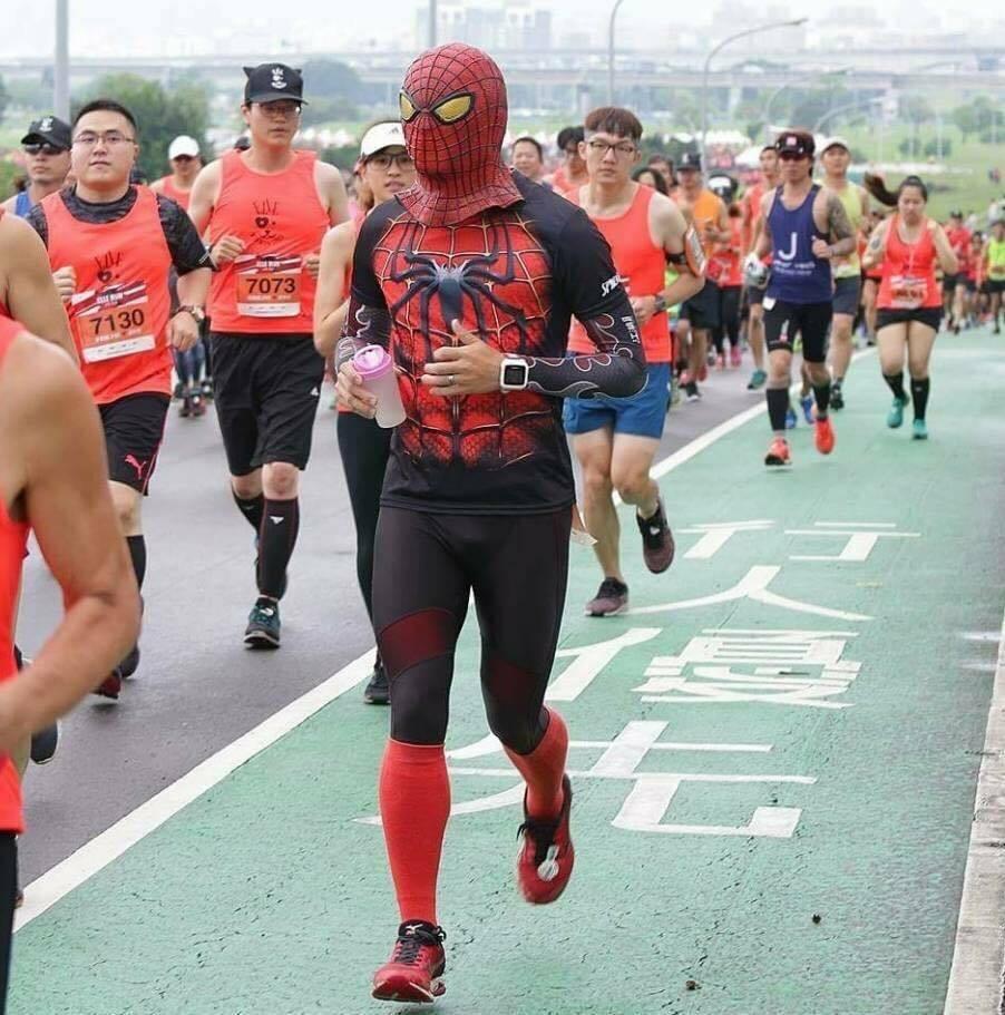 暱稱「月司特」的跑者以變裝漫威英雄蜘蛛人縱橫馬場。 圖/月司特提供