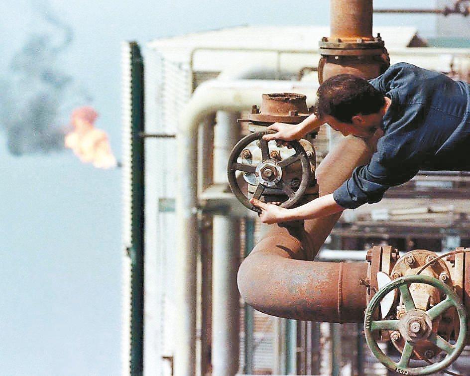 原油價格持續攀升。 路透