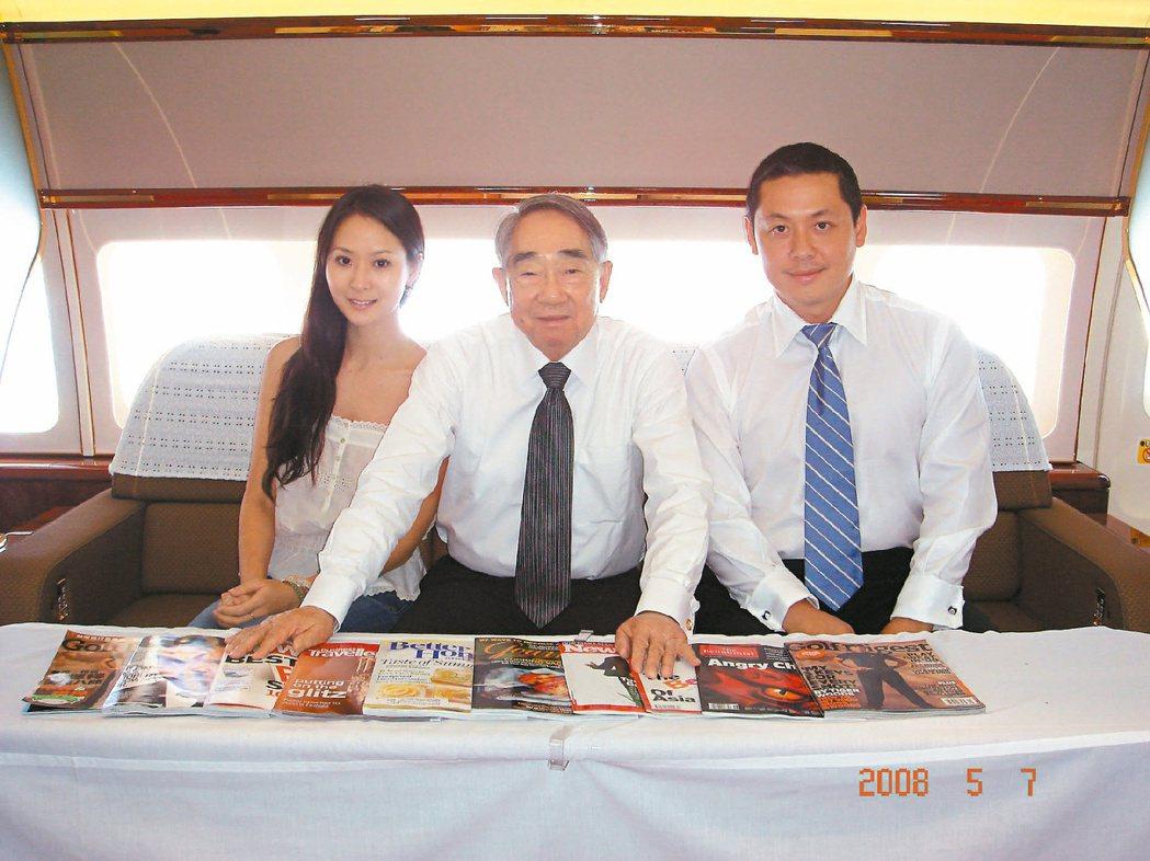 廖鎮漢(右)與長榮集團總裁張榮發(中)的一趟環遊世界之旅,讓他體認到世界的廣大。...