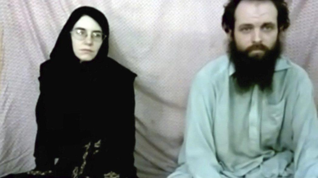 2013年影片顯示被神學士俘虜的凱特蘭‧柯爾曼和丈夫約書亞‧波爾。(美聯社)