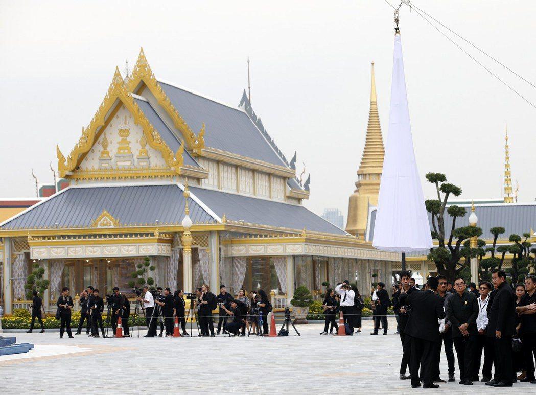 工作人員一身黑衣,12日在曼谷的皇家火葬場處理泰王蒲美蓬火化事宜。(歐新社)