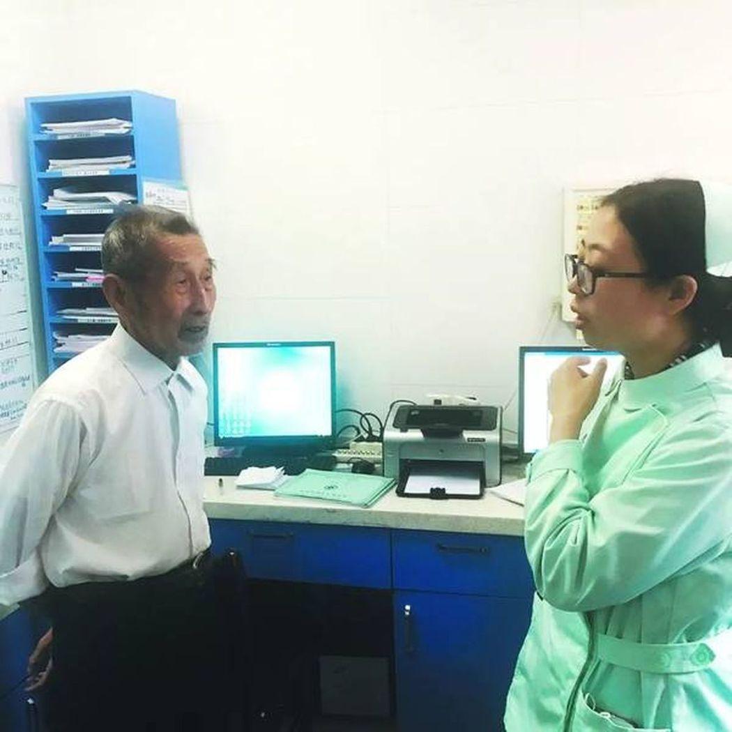 80歲的鄭壽天患有失智症,他每天到醫院尋找亡妻,護士們看了都不忍戳破,陪他上演「...