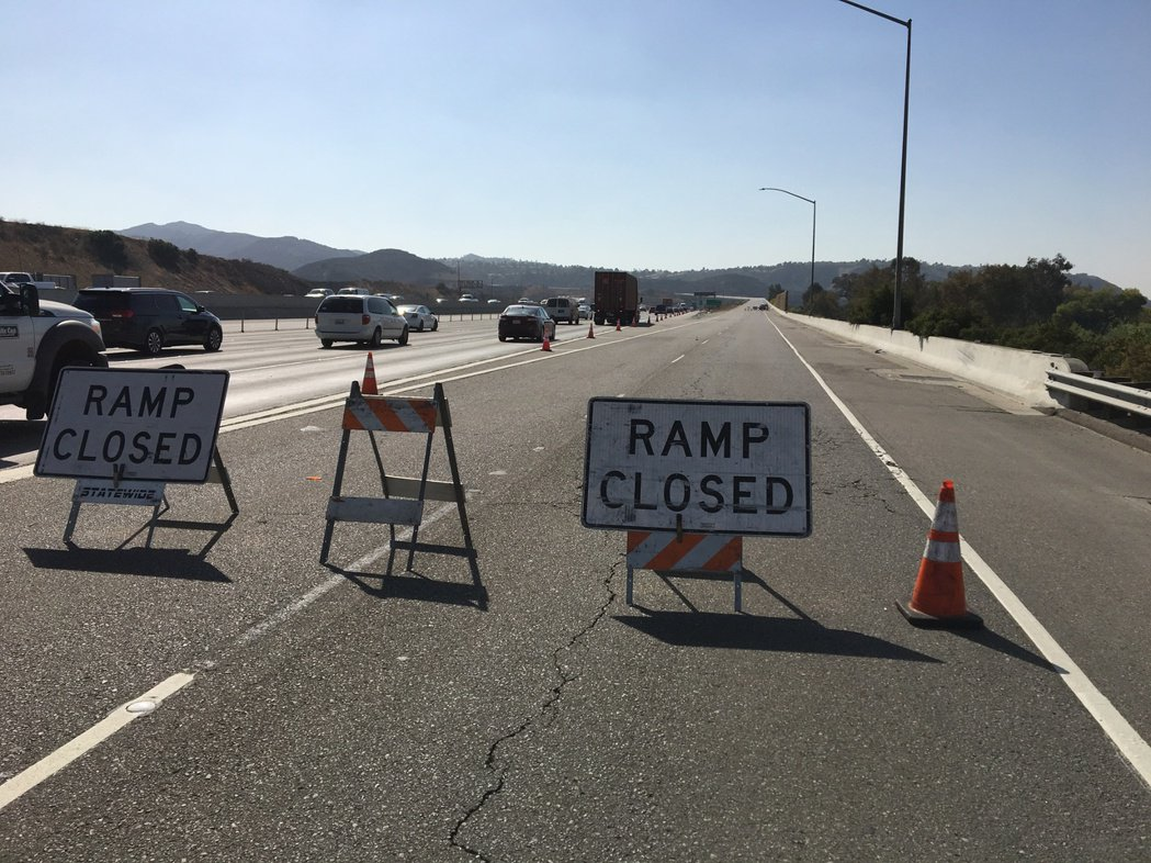 安那罕岡山火撲救進入第四天,通往241號公路交通仍然受限,預計13日午後會恢復交...