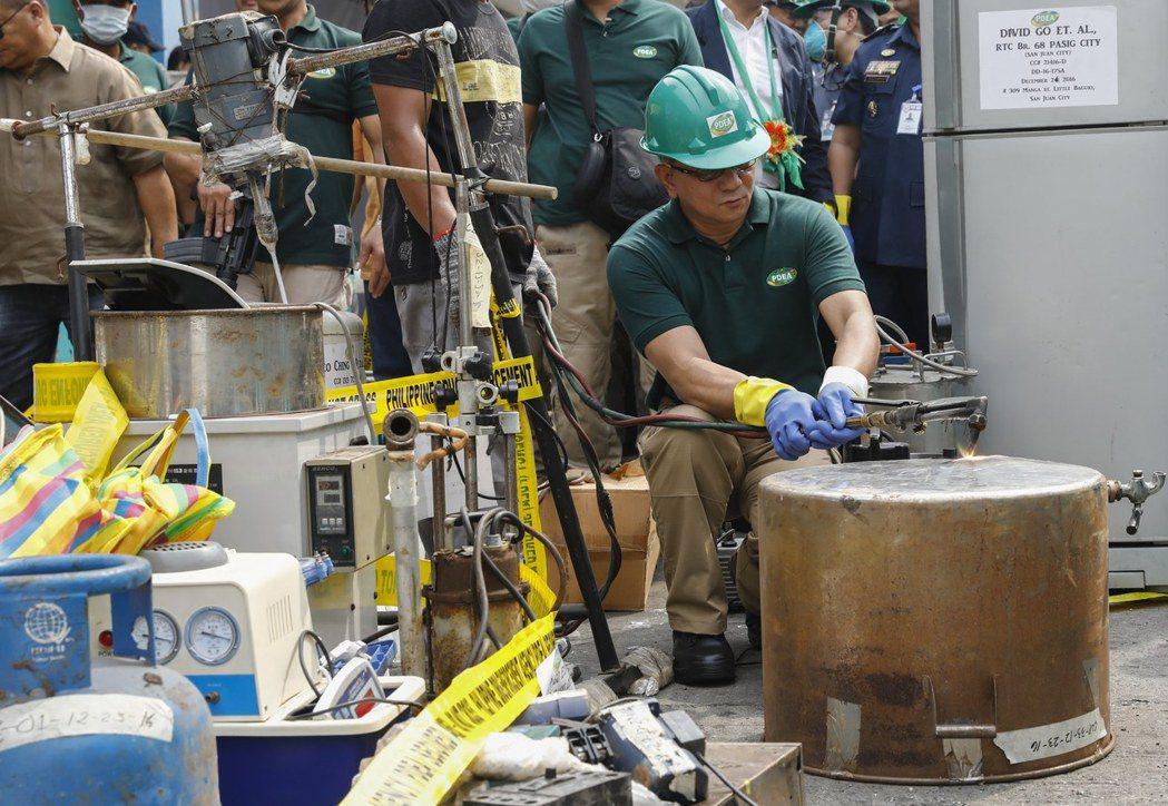 緝毒署署長艾奇諾12日親自銷毀查緝的製毒設備。歐新社