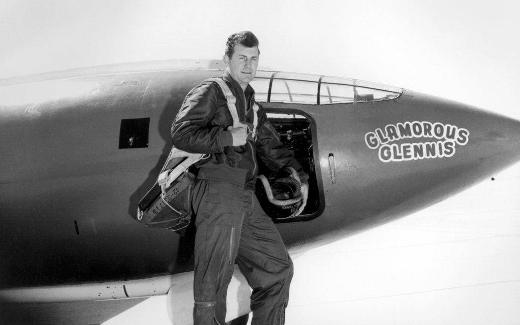 「查克」.葉格與貝爾X-1合影,而這架飛機以當時是他未婚妻的葛蘭妮(Glenni...