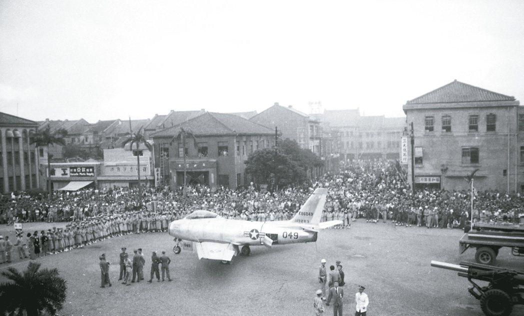 1955年10月10日美軍援助的F-86在中山堂前廣場展示,吸引數萬人參觀。報系...