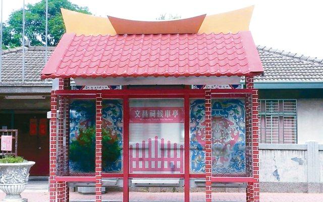 台中市大甲文昌祠的創意公車亭就像座廟宇,成了打卡熱點。