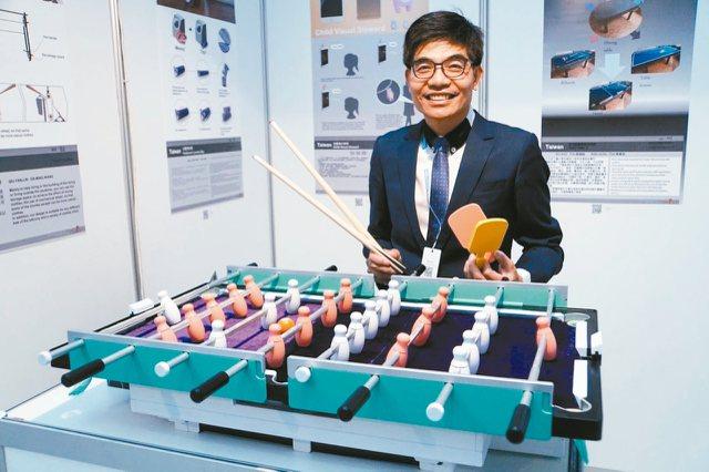 蔡錫鐃設計的「多功能餐桌組合結構」,具有五合一功能。