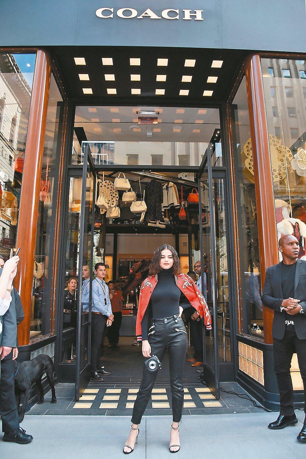 瑟琳娜戈梅茲為COACH當前的代言人,日前在紐約旗艦店舉辦時尚見面會。