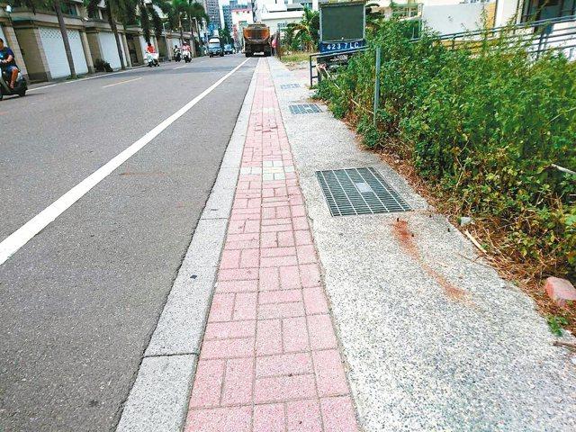 台南市東區虎尾寮裕學路與路面同高的人行道,路邊停車會壓到人行道,就會被開單拖吊。