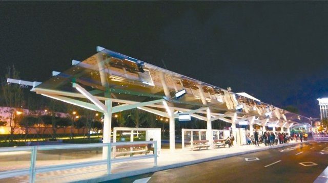 台北市交6公車站區提供民眾無線上網、手機充電等服務。