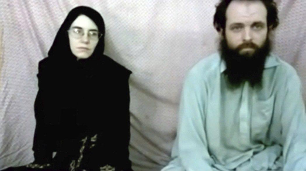 美國與巴基斯坦官員已從塔利班手中救出一對被綁架夫婦,他們是鮑伊(右)與柯爾曼(左...