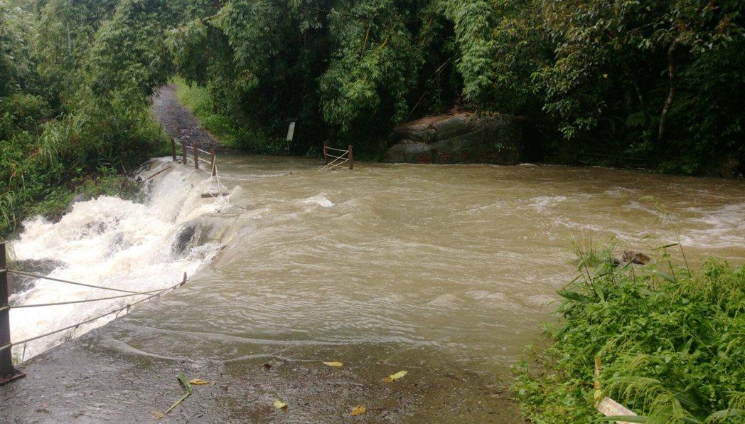 林務局羅東林區管理處13日表示,受豪雨影響,多處步道發生落石等,礁溪跑馬古道猴洞...