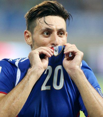 朱恩樂在傷停補時以一記頭錘為中華隊攻下致勝分,賽後他親吻球衣感謝球迷支持,但這件...