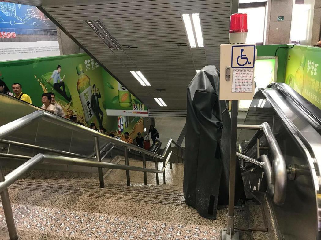 台鐵台北車站被爆料無障礙設施裝了卻不給需要的身心障礙人士使用。圖擷自爆料公社