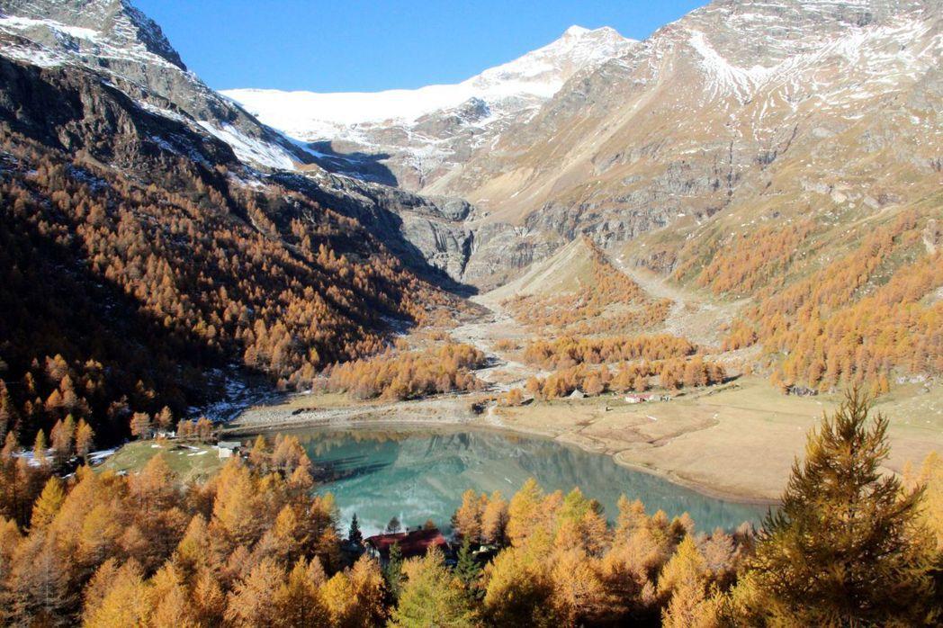 深秋的湖光山色,更能訴說瑞士的美。   泰永旅行社/提供