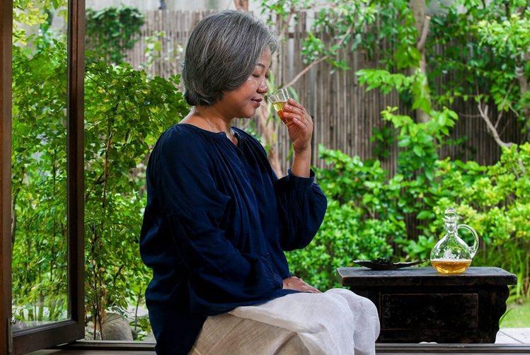 望著枝葉扶疏的庭園品茶,讓人有置身京都的錯覺。圖/記者楊萬雲攝影