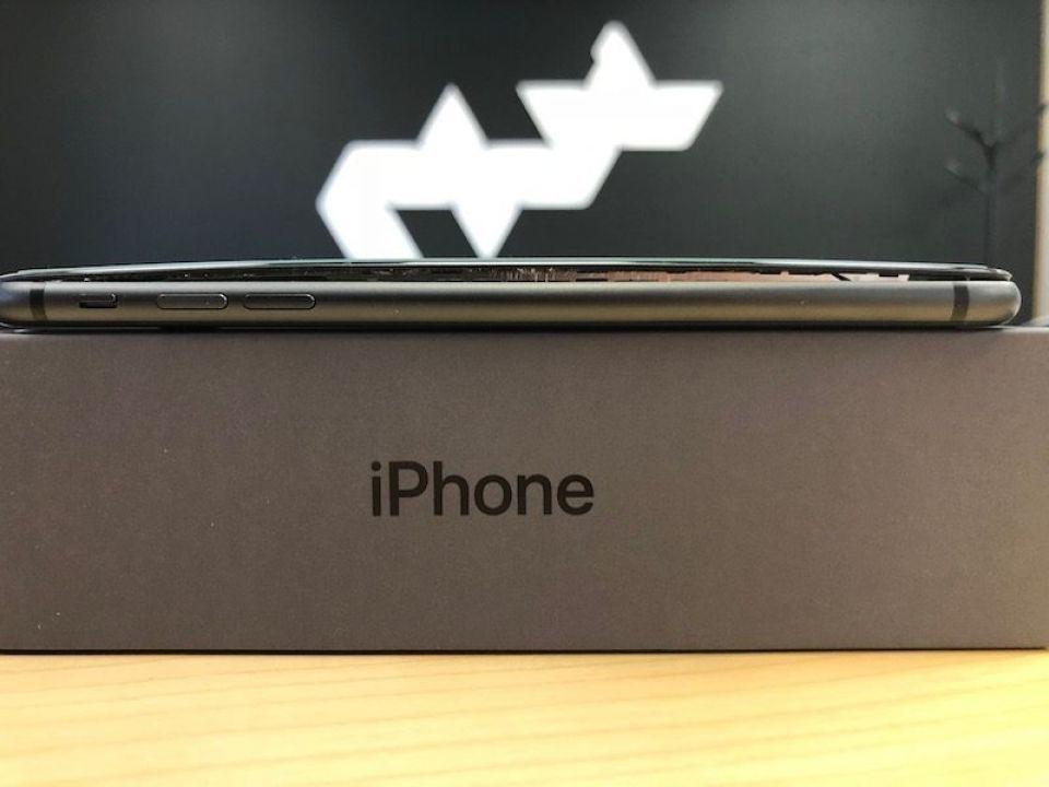 希臘的手機維修店表示曾收到iPhone 8 Plus電池膨脹導致機體開裂的維修案...