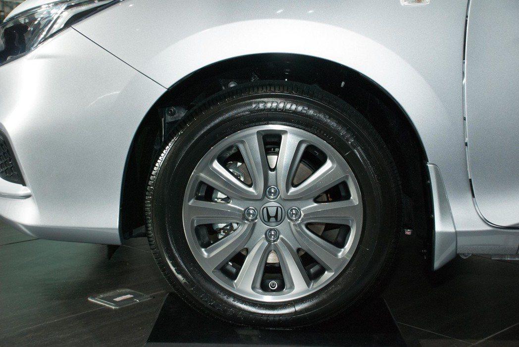 入門的VTi採用15吋鋁合金輪圈。記者林昱丞/攝影