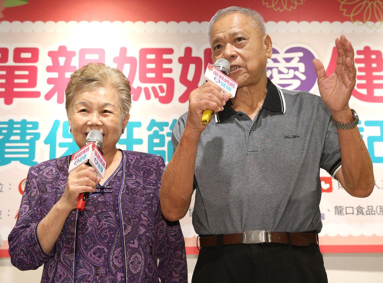 柯文哲的母親何瑞英(左)與父親柯承發(右)因被拍到與台北市警察局長陳嘉昌聚餐,遭...