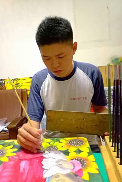 身障畫家謝建鋒罹患自閉症及馬凡氏症,卻在繪畫中找到生命的出口。 圖/李佳鎂提供