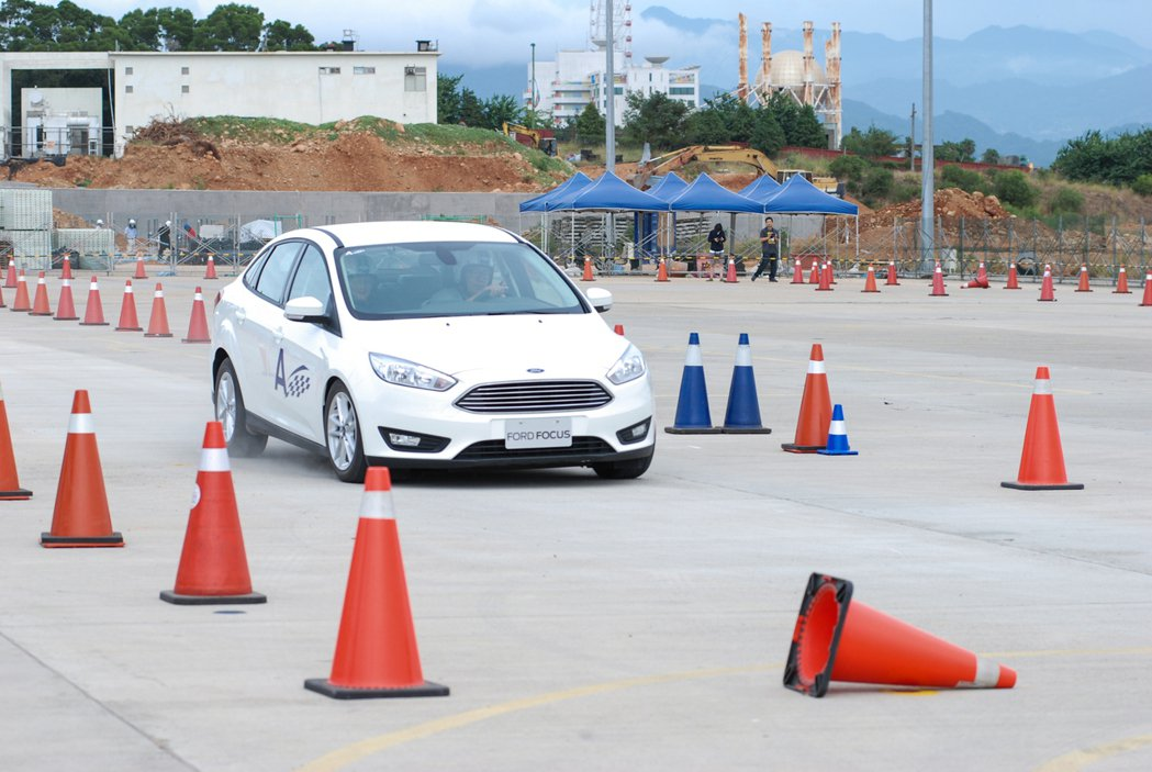 急煞閃避關卡必須在重踩煞車的情況下邊打方向盤修正車身方向。 記者林鼎智/攝影