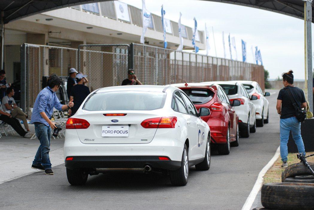 第三關的「賽道體驗」以前方教練車、後方試駕車的帶跑方式進行。 記者林鼎智/攝影