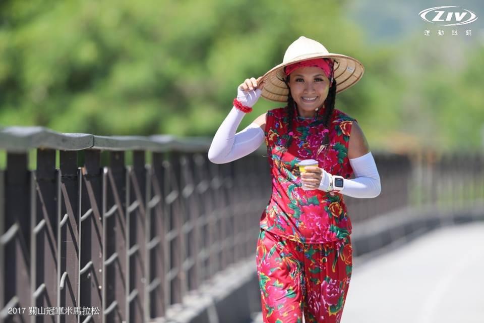 在關山馬拉松,百變女王林惠萍以「關山米」為造型發想,設計成農村女孩的裝扮路跑。 ...