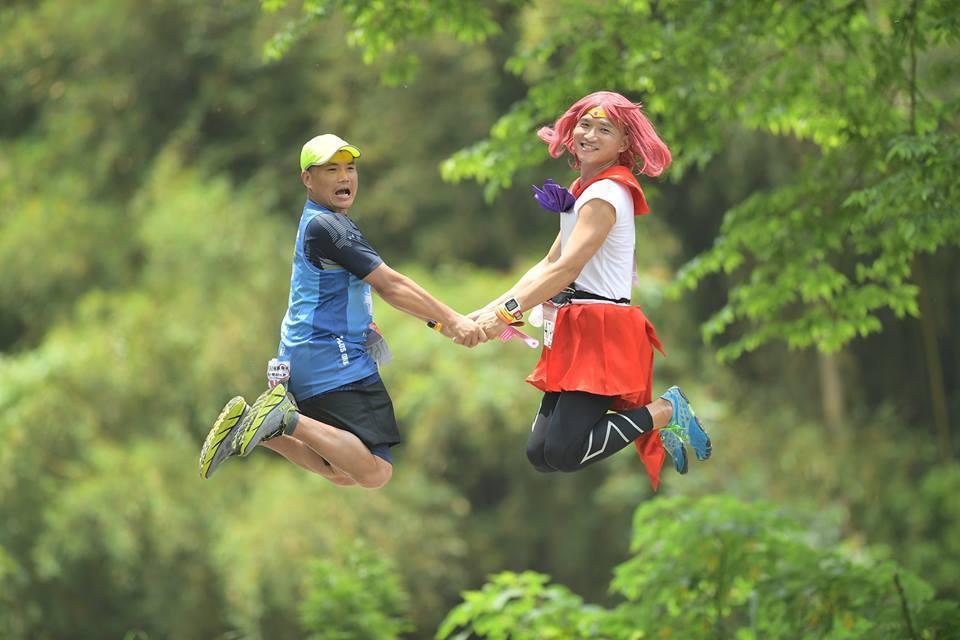 「美少女戰士」許書豪(右)是馬場大名人,更是大家的開心果。 圖/許書豪提供