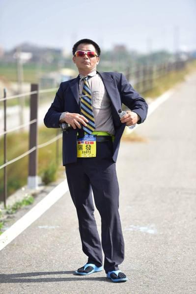 「西裝哥」王瑞發的跑馬精神是「跑帥,不跑快」。 圖/王瑞發提供