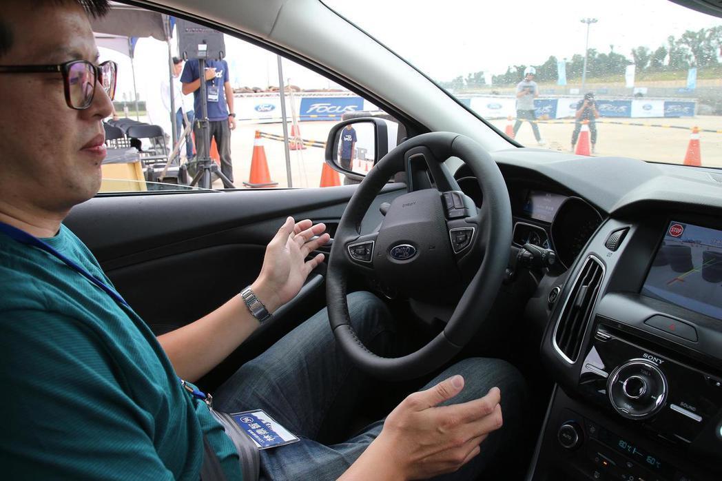 駕駛者只要聽從中控螢幕上的油門/煞車提示,便能輕鬆讓車輛自行停妥。 記者林鼎智/...