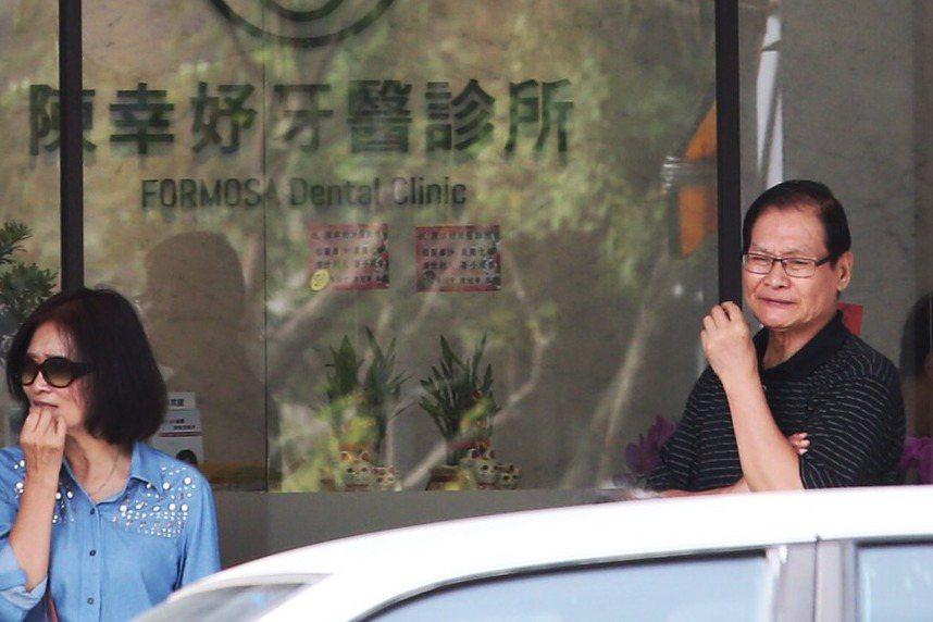 2016年底,陳幸妤牙醫診所開幕,公公趙玉柱(右)現身關切。 本報資料照