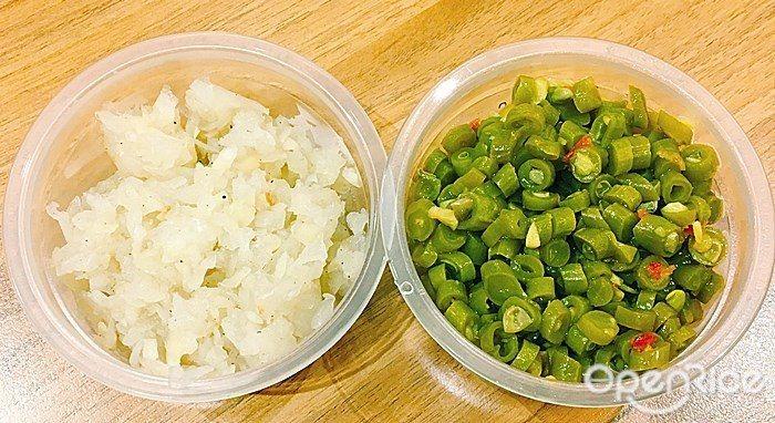 ▲購買「薄皮一隻雞」就附上兩種配料,分別為:微辣酸豆與辛嗆洋蔥切丁。可按照自己的...