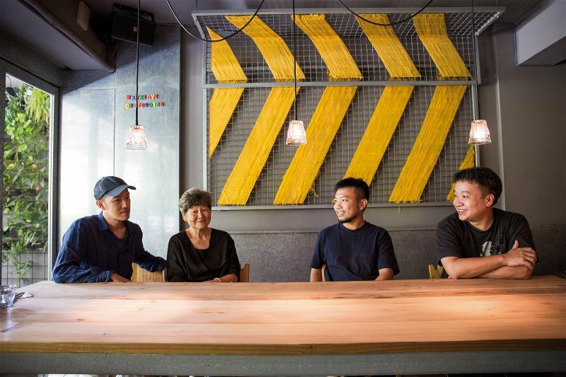董陽孜與年輕朋友玩跨界遊戲,讓書法新生,也讓年輕一代找回文化根源。左起:陳劭彥、...