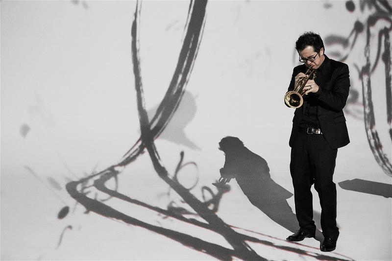 《騷》的演出現場,黑衣舞者、樂手與書法的 墨色相映成趣。 (自在工作室提供)