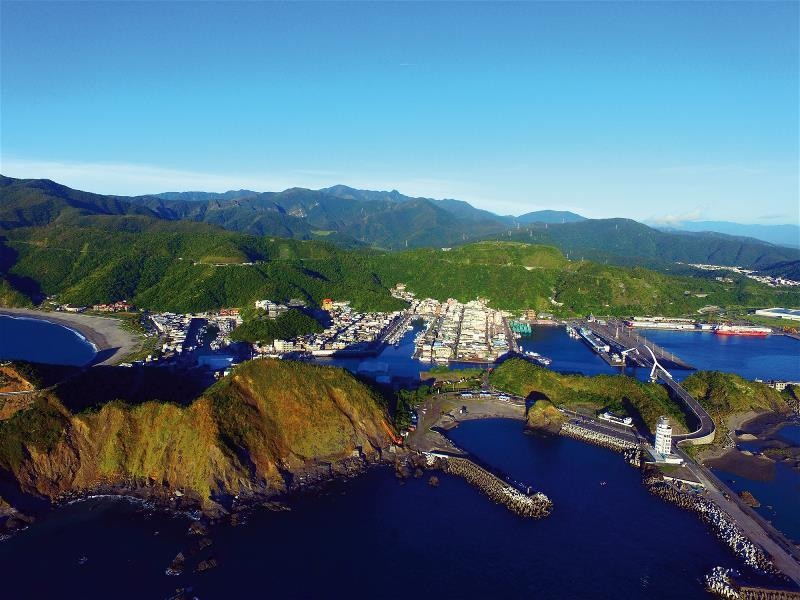 矗立在台灣東北角的南方澳,像一顆躺臥在太平洋臂彎的珍珠,是台灣第一座開發啟用的現...