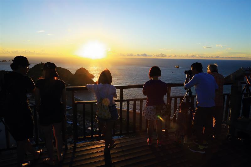 南方澳美在自然與人文的結合,綿延一公里的內埤海岸線上,璀璨的日出,緊扣住世人的目...