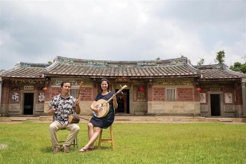 台灣微笑唸歌團的儲見智和林恬安。