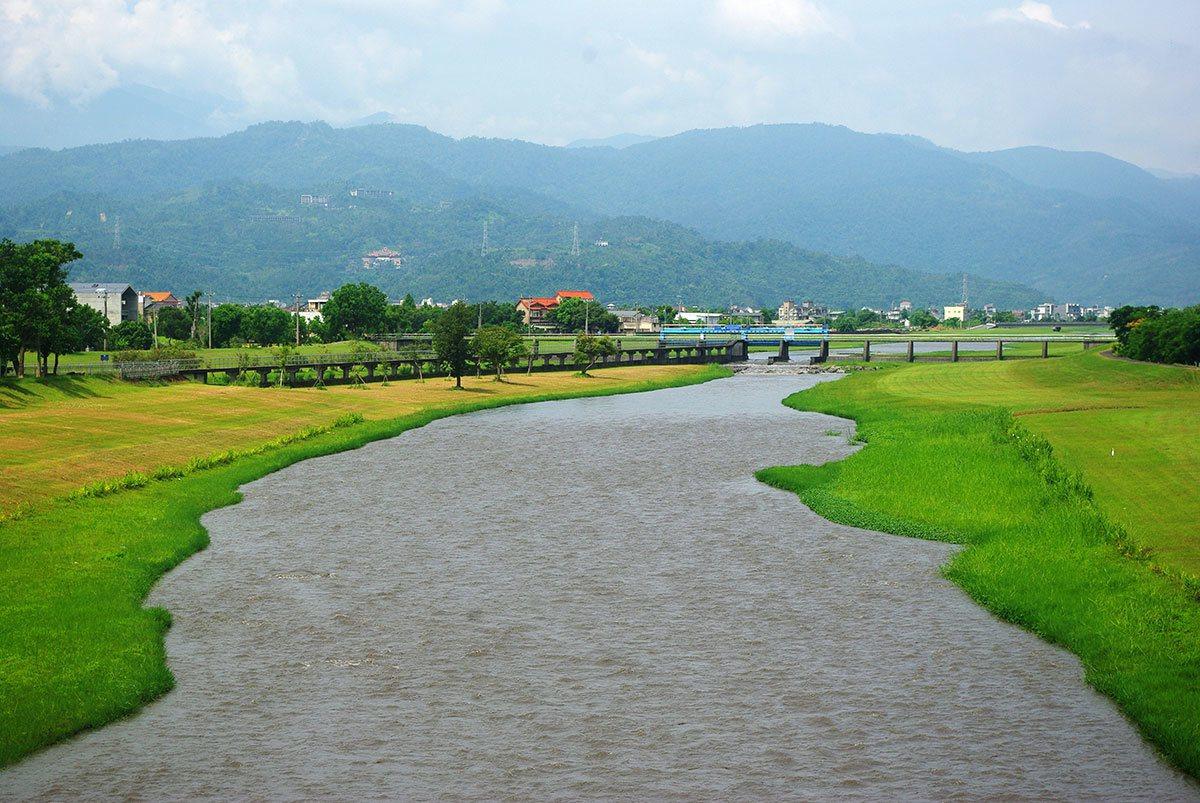 安農溪兩岸整治得明媚動人,風景如詩如畫。