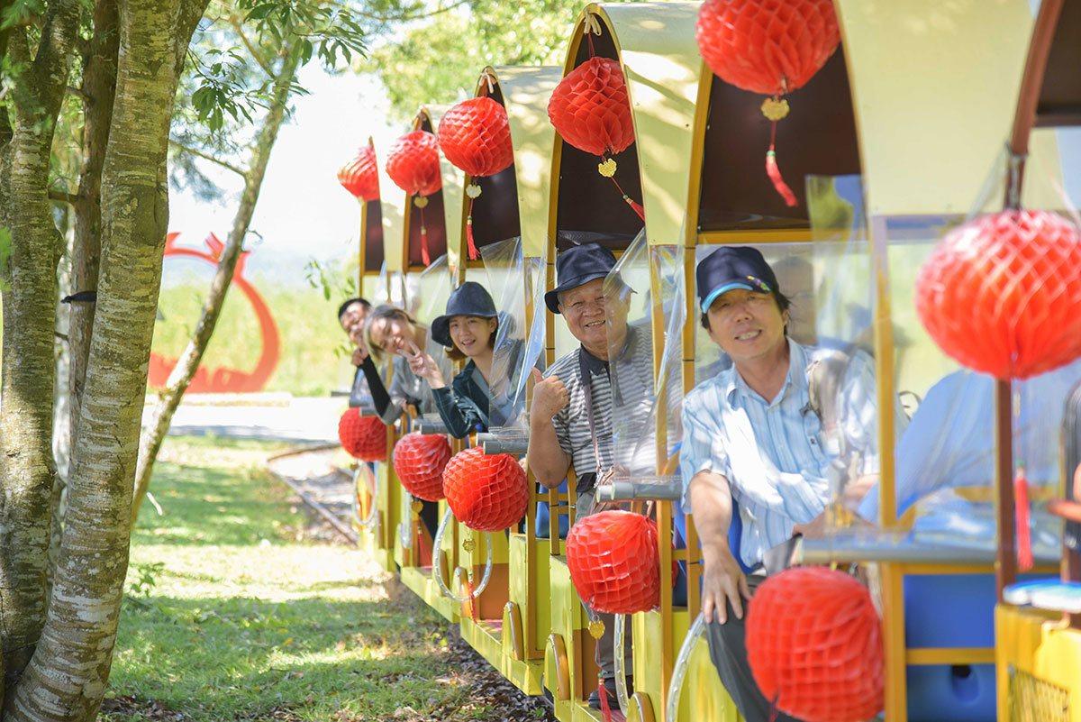 搭乘鳳梨列車,輕鬆將富興田園與森林之美一覽無遺。