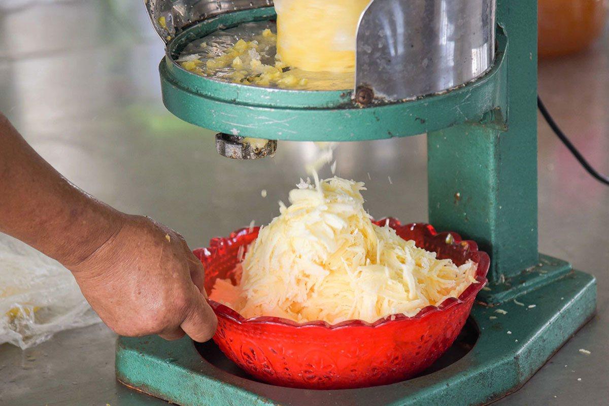 整顆冰凍的鳳梨,製作成新鮮天然的刨冰。
