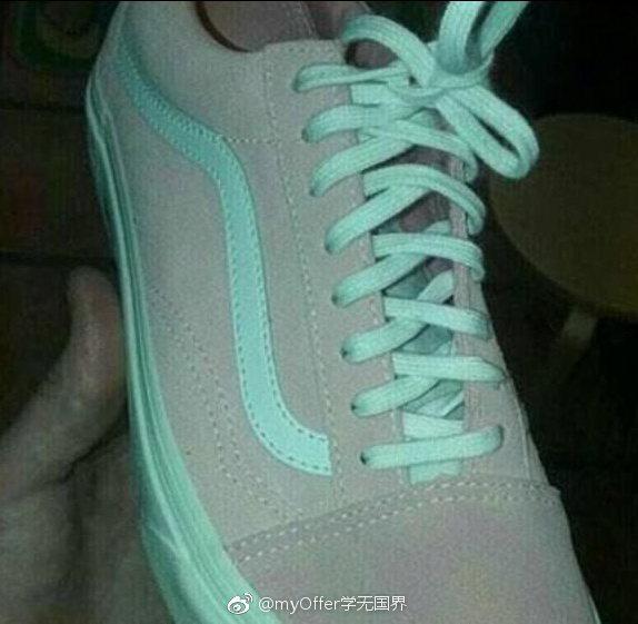 「灰綠還是粉白?」大陸網友「myOffer學無國界」昨天下午在微博上貼出此張球鞋...