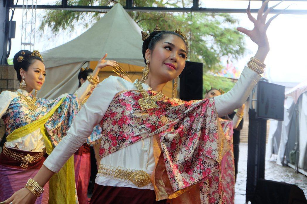 泰美好南風藝術團演出泰國北部蘭納地區的傳統舞蹈「指甲舞」,舞風難得一見、非常吸睛...