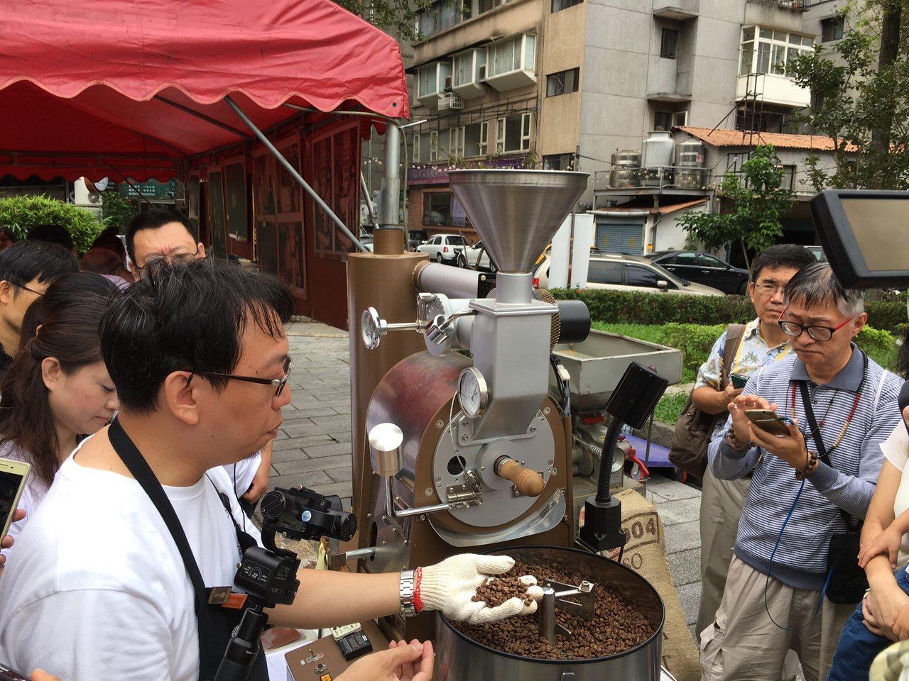 中山區復華公園舉辦咖啡生態節,讓民眾體驗咖啡豆剝殼及烘製過程。圖/中山區公所提供
