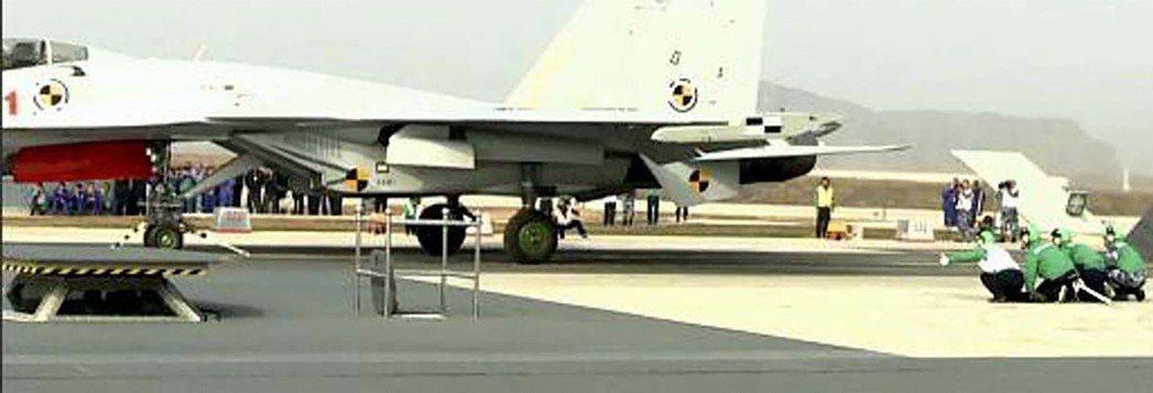 今年7月出現的殲-15進行陸上電磁彈射的照片。香港經濟日報