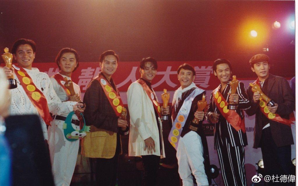 杜德偉秀出舊照,左起為劉德華、鄭伊健、張智霖、莫少聰、羅文、杜德偉及梁朝偉。圖/