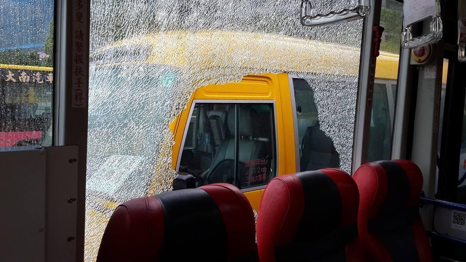 27線公車車窗遭不明人士擊破。圖╱取自爆料公社